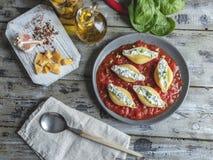 o conchiglioni da massa encheu espinafres e queijo, molho de tomate cozinhado foto de stock royalty free