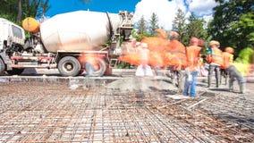 O concreto trabalha para a construção de estradas com muitos trabalhadores e hyperlapse do timelapse do misturador video estoque