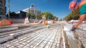 O concreto trabalha para a construção de estradas com muitos trabalhadores e hyperlapse do timelapse do misturador filme