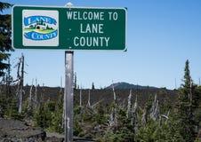O Condado de Lane assina dentro campos de lava na escala da cascata Foto de Stock