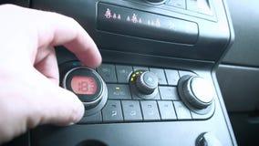O condicionamento de ar do carro que ajusta a temperatura, climatronic, controle do clima, condicionamento de ar automático, aume filme
