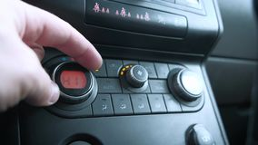 O condicionamento de ar do carro que ajusta a temperatura, climatronic, controle do clima, condicionamento de ar automático, aume vídeos de arquivo