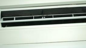 O condicionamento de ar ? um controlo a dist?ncia sem fio nas m?os para ajustar a temperatura ambiente 4k, a press?o de m?o filme