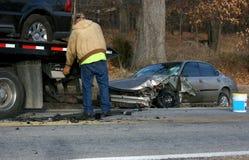 O condutor de camião do reboque destruiu o automóvel Imagens de Stock
