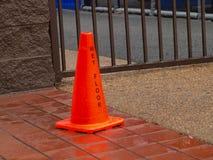 O cone alaranjado do cuidado está toda molhado foto de stock