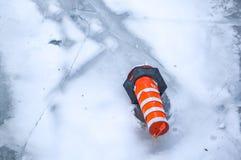 O cone alaranjado do tráfego no gelo em Montreal Fotografia de Stock