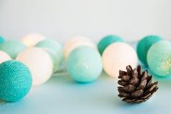 O cone no fundo azul com as luzes azuis e brancas feitas do fio rosqueia, close up Fotografia de Stock