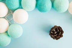 O cone no fundo azul com as luzes azuis e brancas feitas do fio rosqueia, vista superior Imagens de Stock