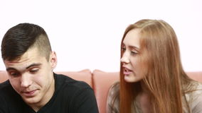 O conflito novo bonito dos pares que senta-se em um sofá discute infeliz filme