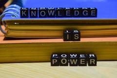 O conhecimento é poder escrito em blocos de madeira Educação e conceito do negócio fotografia de stock royalty free