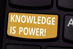O conhecimento do texto da escrita é poder Saber do significado do conceito é mais poderoso do que a chave de teclado da força fí ilustração stock