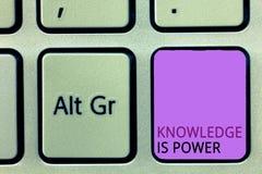 O conhecimento do texto da escrita da palavra é poder Conceito do negócio para as habilidades adquiridas com a experiência e a ed imagens de stock