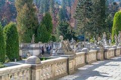 O conjunto escultural de castelo de Peles em Romênia imagem de stock royalty free