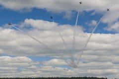 O conluio acrobático aplana RUS do ALCA L-159 Aero no ar foto de stock royalty free
