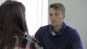 O conselheiro masculino novo faz perguntas a seu cliente video estoque