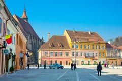 O Conselho baixa de Piata Sfatului quadrada e da igreja preta dentro de Brasov, Romênia Foto de Stock