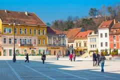 O Conselho baixa de Piata Sfatului quadrada e da igreja preta dentro de Brasov, Romênia Fotos de Stock