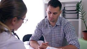 O conselho da saúde, consulta masculina nova no doutor encontrou más notícias sobre a saúde e foi virado video estoque