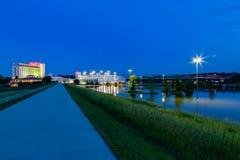 O Conselho do casino de Harrah blefa Iowa com parque de estacionamento inundado imagem de stock royalty free