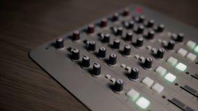 O console de mistura igualmente chamou o misturador audio, placa sadia, plataforma de mistura ou o misturador é um dispositivo el vídeos de arquivo