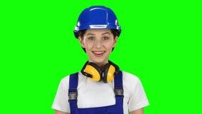 O construtor aponta um dedo no trabalhador Tela verde filme
