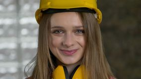 O construtor atrativo novo da menina está sorrindo, gigling, sinceruty, conceito da emoção vídeos de arquivo