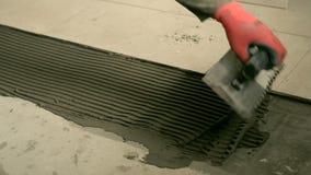 O construtor coloca as telhas no assoalho video estoque