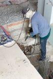 O construtor destrói escadas do cimento com jackhammer foto de stock royalty free