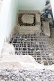 O construtor destrói escadas do cimento com jackhammer fotografia de stock royalty free