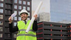 O construtor está dançando o projeto terminou emoções felizes do dinheiro do divertimento filme