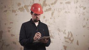 O construtor está verificando um apartamento velho vídeos de arquivo
