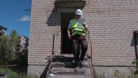 O construtor no Walkietalkie sai da construção video estoque