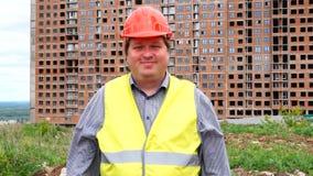 O construtor novo diz sim Agitando sua cabe?a O trabalhador diz sim, significando SIM Canteiro de obras vídeos de arquivo