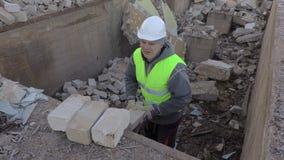 O construtor pôs tijolos sobre a borda do poço filme