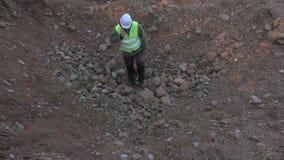 O construtor que está no poço e fala no telefone filme