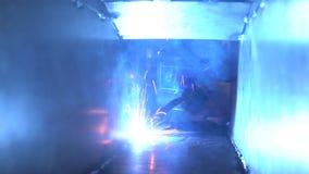 O construtor solda as peças fora A instalação e produção um a noite 4K vídeos de arquivo
