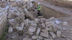 O construtor toma imagens em ruínas danificadas da casa video estoque