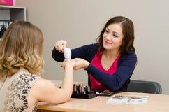 O consultante de beleza anuncia a massagem significa Imagens de Stock Royalty Free