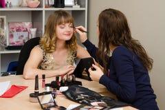 O consultante de beleza traz o cliente das pestanas Fotografia de Stock