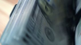 O contador do dinheiro está contando dólares video estoque