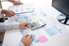 O contador do negócio ou o banqueiro, sócio comercial calculam e imagens de stock