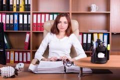 O contador trabalha no escritório com originais Fotografia de Stock
