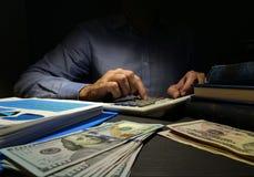 O contador usa a calculadora para a contagem do dinheiro Empréstimo pessoal inseguro foto de stock royalty free