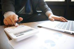 O contador verifica o dinheiro do negócio e da economia que empilha o ouro co Imagens de Stock Royalty Free