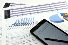 O contador verifica a precisão de balanços financeiros Contabilidade, conceito da contabilidade imagens de stock royalty free