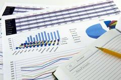 O contador verifica a precisão de balanços financeiros Contabilidade, conceito da contabilidade imagens de stock