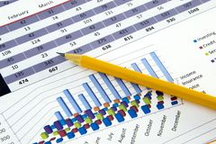 O contador verifica a precisão de balanços financeiros Contabilidade, conceito da contabilidade fotografia de stock