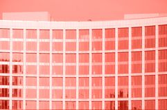O contemporâneo vitrificou elementos de construção das paredes da fachada imagem de stock