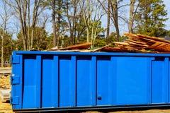O contentor, recicla escaninhos do desperdício e de lixo perto do canteiro de obras novas da construção de casas do apartamento imagens de stock royalty free