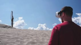 O contramestre usa vidros da realidade virtual na construção no deserto video estoque